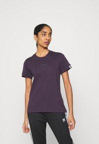adidas Originals - SPORTS INSPIRED SHORT SLEEVE  - Camiseta estampada - noble purple - 0