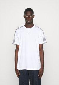 adidas Originals - 3 STRIPE TEE - T-shirts print - white/grey - 0