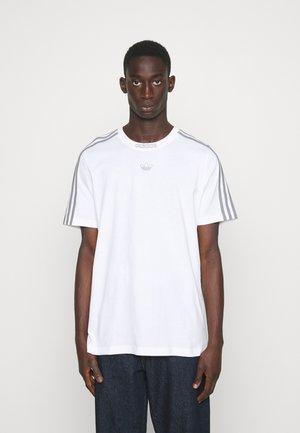 3 STRIPE TEE - Print T-shirt - white/grey