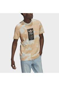 adidas Originals - CAMO AOP TONGUE - T-shirts print - grey - 3
