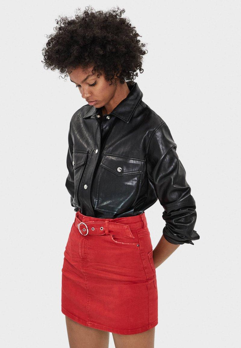 Bershka - MIT GÜRTEL  - Mini skirts  - red
