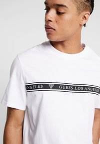 Guess - Print T-shirt - true white - 4