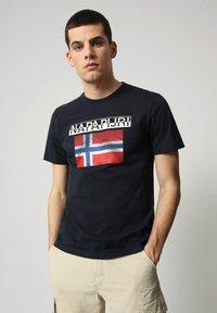 Napapijri - S-SURF FLAG - Print T-shirt - blu marine - 0