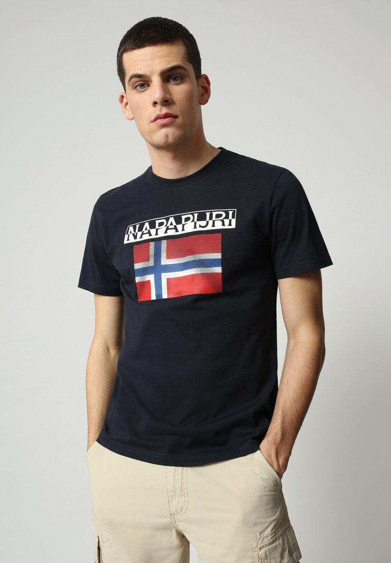 Napapijri - S-SURF FLAG - Print T-shirt - blu marine
