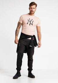 New Era - MLB NEW YORK YANKEES SEASONAL TEAM LOGO TEE - Club wear - mottled pink - 1