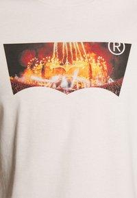 Levi's® - HOUSEMARK GRAPHIC TEE UNISEX - T-shirt con stampa - pumice stone - 4
