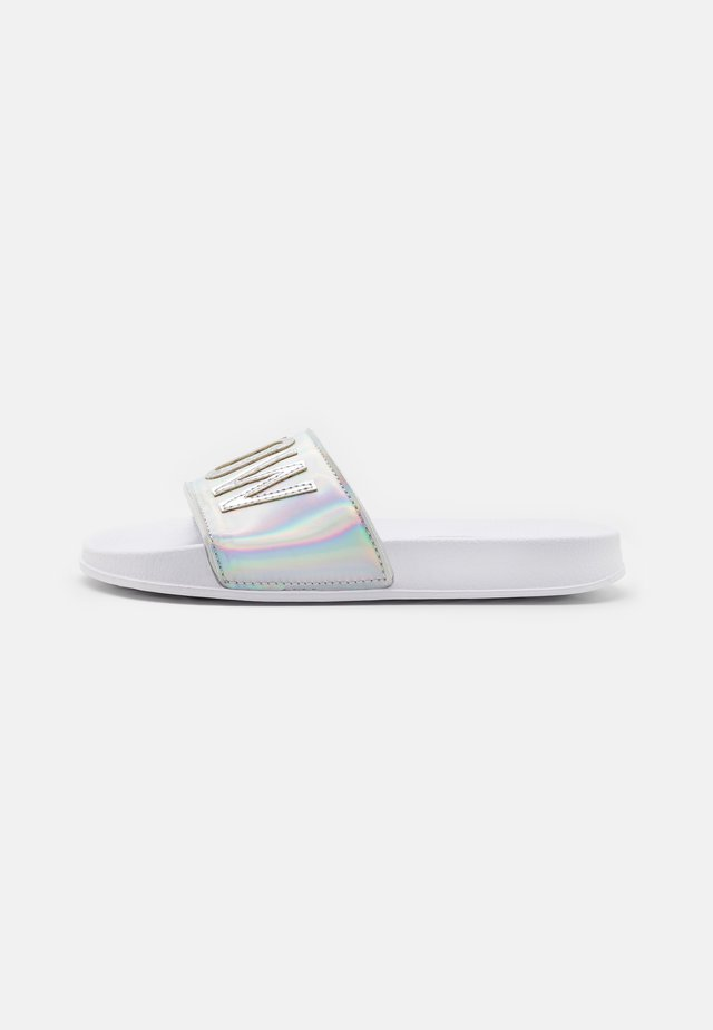 Sandalias planas - iridescent metallic