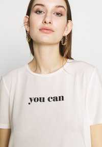 Vero Moda - VMWOMAN TEE  - T-shirts med print - snow white/black - 4