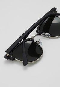 Jack & Jones - JACMAVERICK SUNGLASSES - Sunglasses - black - 3