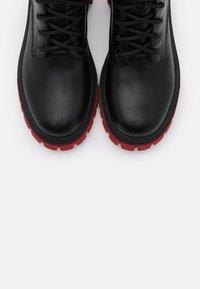 Koi Footwear - VEGAN VENDETTA - Platåstøvletter - black/fuchsia - 5