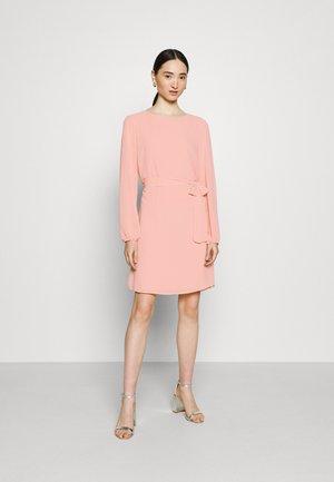 VIGLAMY TIE BELT SHORT DRESS - Korte jurk - misty rose