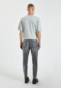 PULL&BEAR - Zúžené džíny - grey - 2