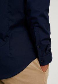 Seidensticker - BUSINESS KENT PATCH SLIM FIT - Formal shirt - dark blue - 3