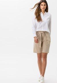 BRAX - STYLE MILLA B - Shorts - warm sand - 1