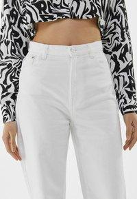 Bershka - Fließende - Flared Jeans - white - 3