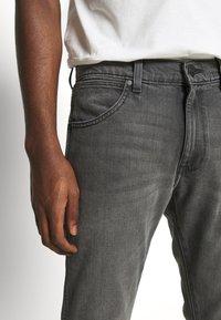 Wrangler - LARSTON - Slim fit jeans - silver smooth - 3