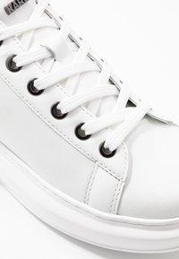 KARL LAGERFELD - KAPRI MAISON LACE - Baskets basses - white/silver - 2