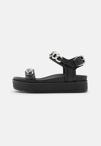 AVEC CHAINE DECORATIVE - Sandály na platformě - black
