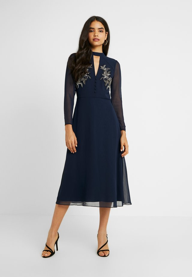 EMBELLISHED FERN MIDI DRESS WITH FRONT KEYHOLE - Juhlamekko - navy