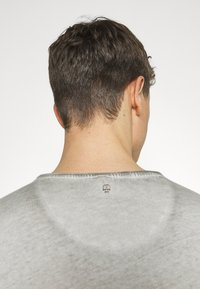 Key Largo - HYPE ROUND - T-shirt con stampa - silver - 4