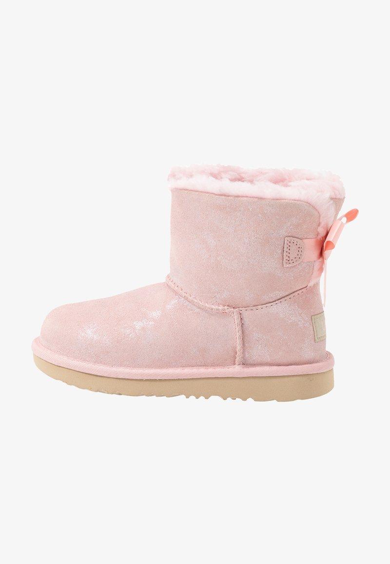 UGG - MINI BAILEY BOW SHIMMER - Korte laarzen - pink cloud