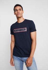Tommy Hilfiger - CORP FRAME TEE - Print T-shirt - blue - 0