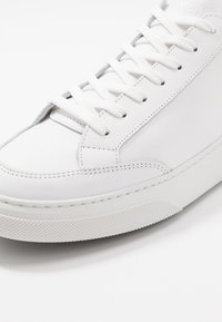 GARMENT PROJECT - OFF COURT - Matalavartiset tennarit - white/black - 5