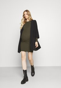 Pieces Maternity - PCMCRISTA O NECK DRESS - Strikket kjole - olive - 1