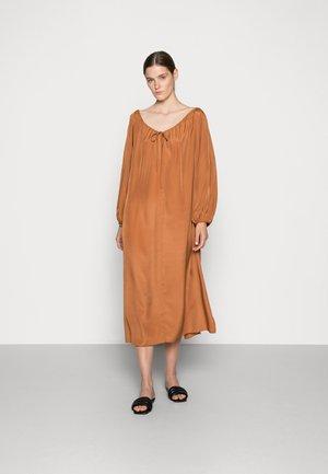 WERA DRESS QUEEN - Maxi šaty - mocha bisque