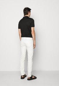 Emporio Armani - 5 POCKETS PANT - Džíny Slim Fit - white - 2