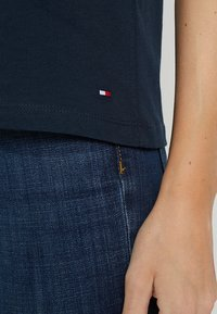 Tommy Hilfiger - HERITAGE CREW NECK GRAPHIC TEE - T-shirt imprimé - midnight - 5