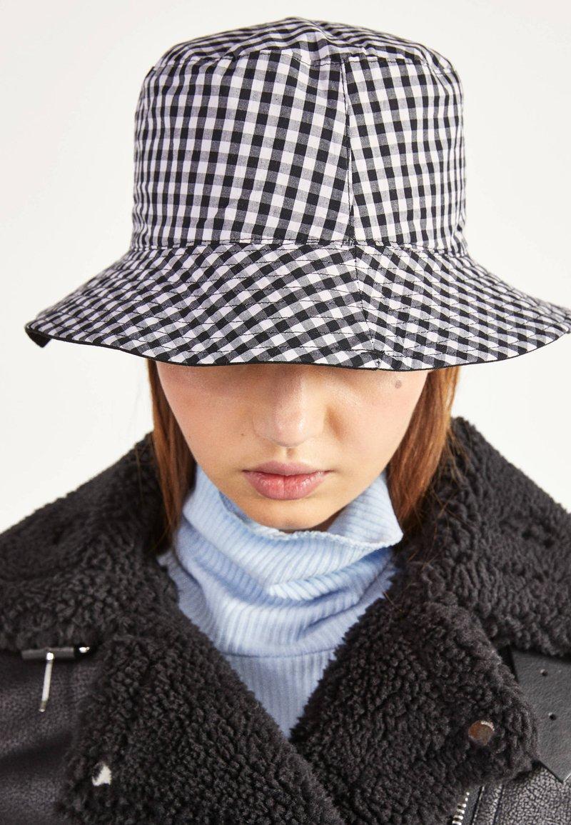 Bershka - ZUM WENDEN  - Hat - black