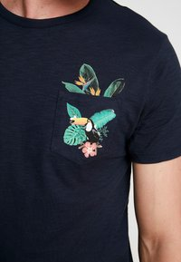 Burton Menswear London - TOUCAN - Print T-shirt - navy - 4