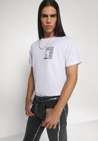 Versace Jeans Couture - Triko spotiskem - bianco ottico - 7