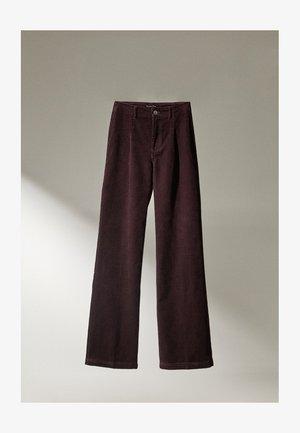 MIT BUNDFALTEN UND WEITEM BEIN  - Pantaloni - bordeaux
