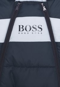 BOSS Kidswear - ALL IN ONE BABY - Mono para la nieve - navy - 3