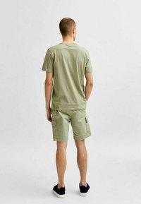 Selected Homme - STATEMENT - T-shirt med print - tea - 2