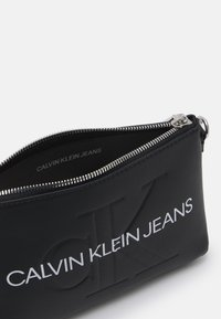 Calvin Klein Jeans - CAMERA POUCH CHAIN - Torba na ramię - black - 2