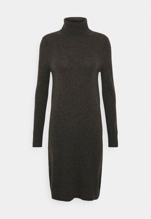 TURTLENECK DRESS - Pletené šaty - cocoa brown