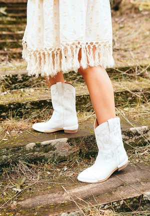 Boots - white