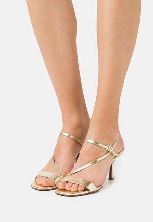 TASHA - Korolliset sandaalit - pale gold