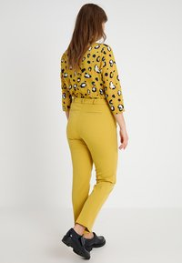 CAPSULE by Simply Be - EVERYDAY KATE TROUSER - Chinos - ochre - 3