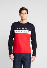 Tommy Hilfiger - COLOUR BLOCK LONG SLEEVE TEE - Pitkähihainen paita - red - 0