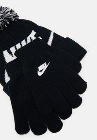 Nike Sportswear - POM BEANIE GLOVE SET - Gloves - black - 2