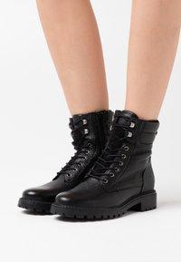Anna Field - LEATHER ANDREAS - Šněrovací kotníkové boty - black - 0