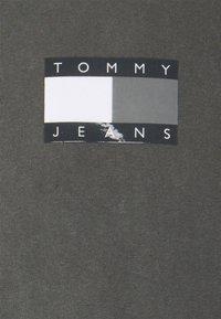 Tommy Jeans - TONAL FLAG TEE - Triko spotiskem - black - 2