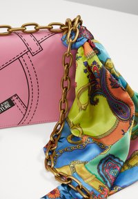 Versace Jeans Couture - CROSS BODY FLAP CHAINCUCITURE - Across body bag - rosa - 4