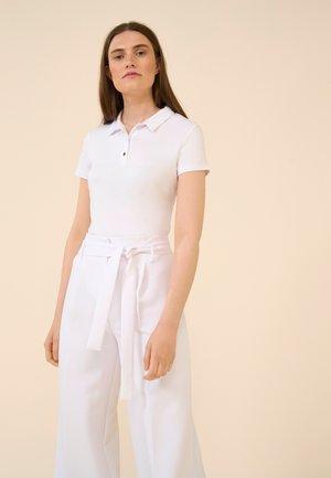 MIT KRAGEN - Polo shirt - weiß