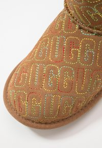 UGG - CLASSIC II GRAPHIC STITCH - Boots - chestnut - 5