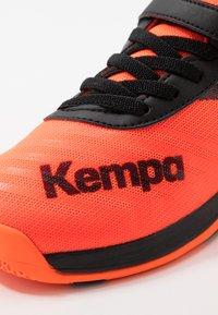 Kempa - WING 2.0 JUNIOR UNISEX - Boty na házenou - fluo orange/black - 5